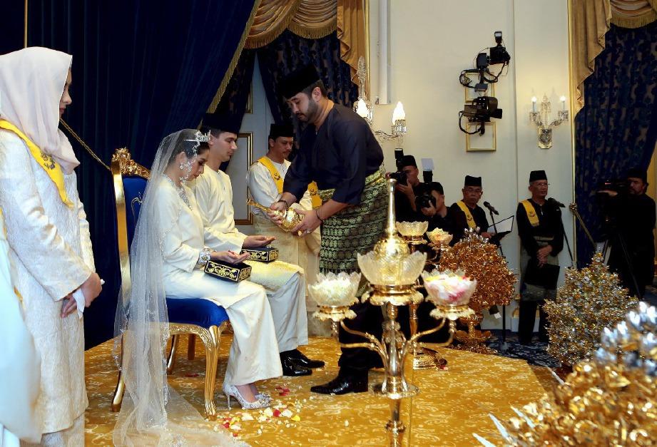 Tunku Mahkota Johor Tunku Ismail Sultan Ibrahim menepung tawar adindanya Tunku Puteri Johor, Tunku Tun Aminah Maimunah Iskandariah Sultan Ibrahim bersama suaminya, Dennis Muhammad Abdullah di Balai Singgahsana Istana Besar, Johor Bahru. FOTO IHSAN ROYAL PRESS OFFICE