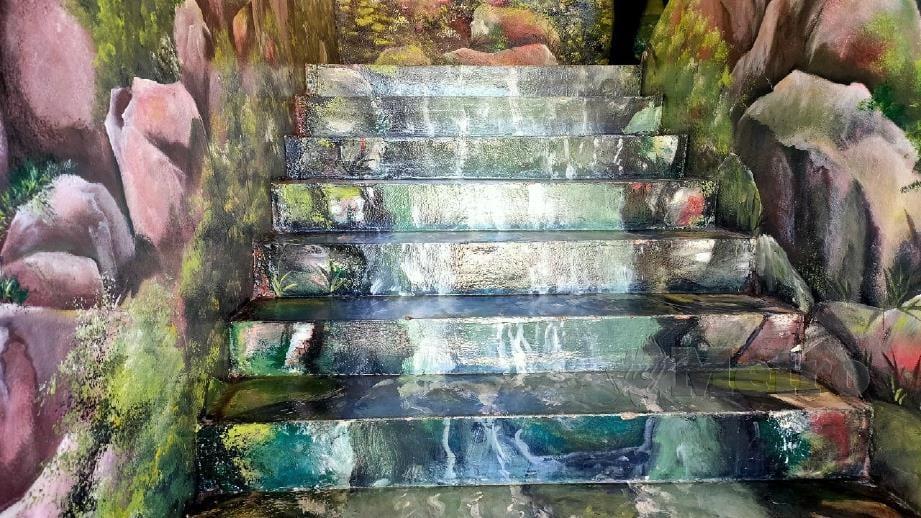 LUKISAN mural yang dihasilkan pada tangga sekolah. FOTO Zuliaty Zulkifli