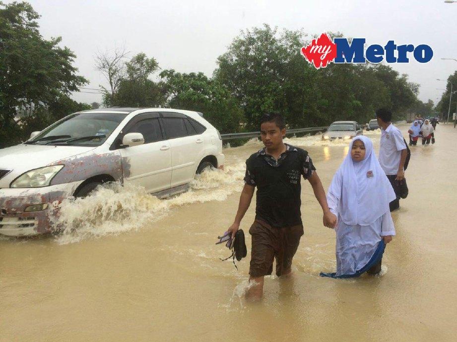 Keadaan lalulintas di jalan Kota Bharu - Machang dekat Tok Bok yang dinaiki air akibat limpahan dari Sungai Kelantan yang semakin meningkat sejak beberapa hari lalu. FOTO FARIS ZAINULDIN