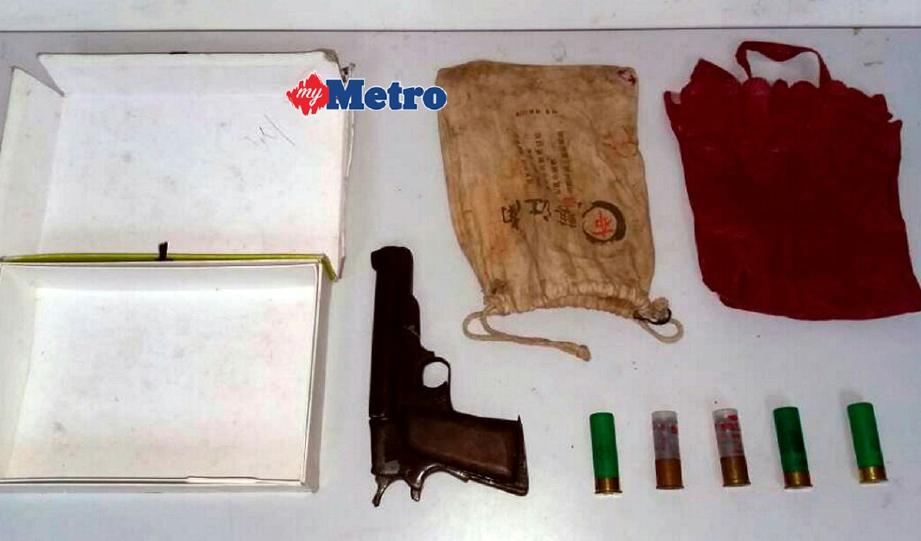 Pistol buatan sendiri dan peluru hidup yang dirampas daripada seorang lelaki berhampiran stesen minyak di Jalan Tun Sri Lanang, Kota Tinggi. - Foto Ihsan PDRM