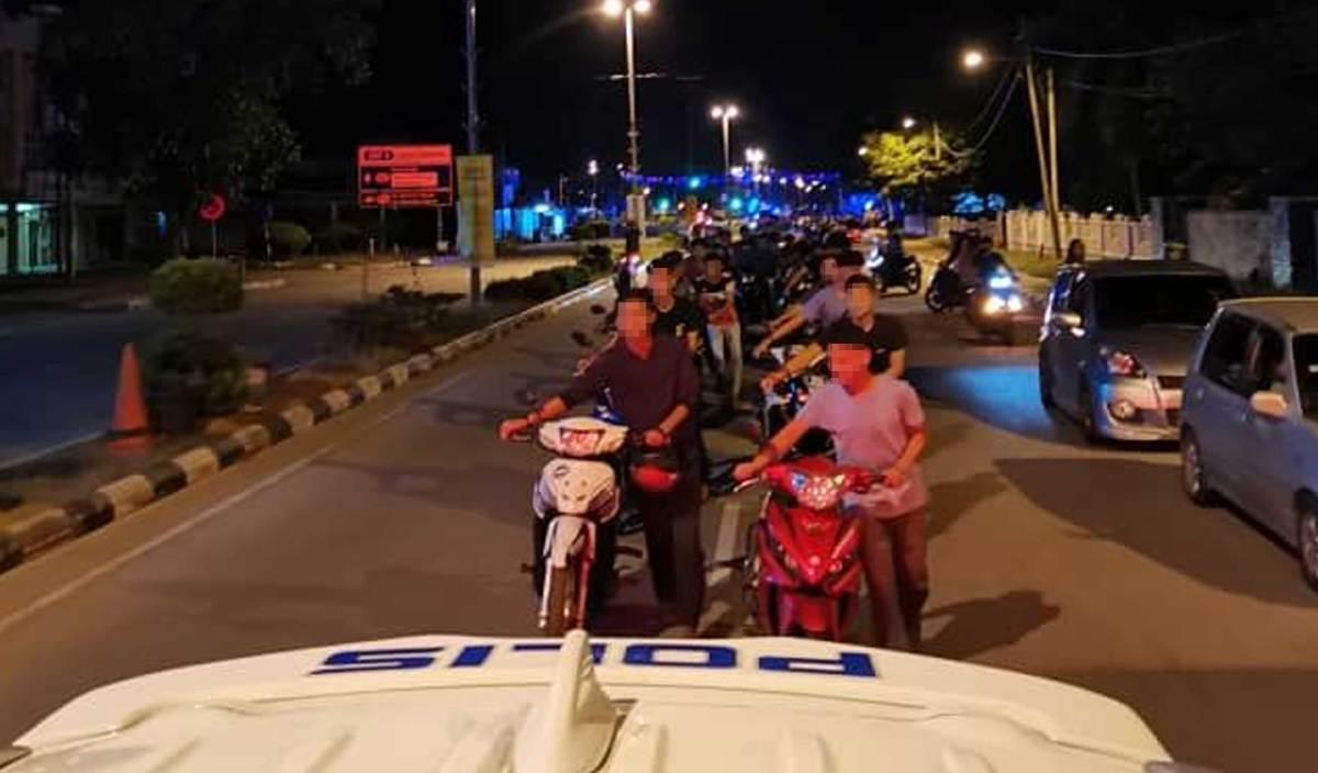 SEBAHAGIAN mat motor menolak motosikal masing-masing selepas ditahan dalam Ops Samseng Jalanan di Jalan Yahya Ahmad Dungun. FOTO Ihsan JSPT Terengganu