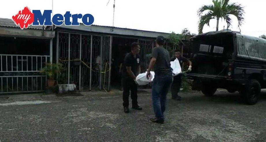Anggota polis mengangkat mayat Thomas Ooi Choon Chai yang ditemui mati akibat dipukul sekumpulan lelaki di sebuah rumah di Perumahan Awam Mergong, Alor Setar hari ini.