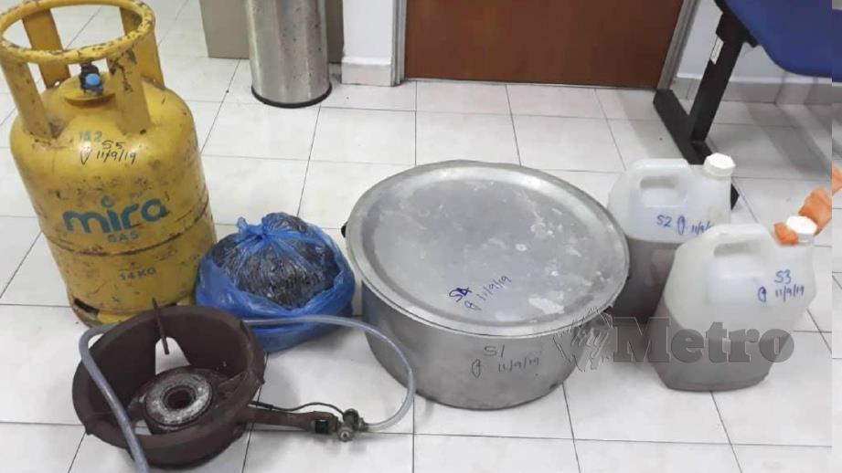 ANTARA peralatan memasak ketum yang dirampas daripada suspek. FOTO Abnor Hamizam Abd Manap