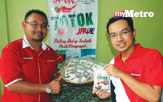 MOHD Hazri (kiri) bersama rakan kongsi, Nazmi bangunkan produk sambal.