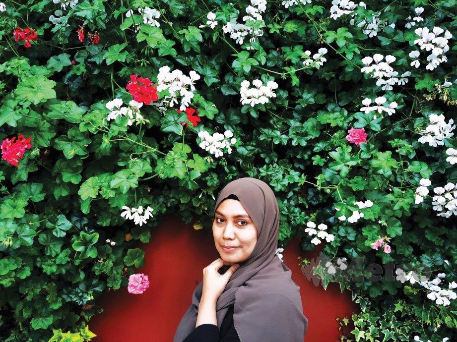 PENULIS bergambar di rimbunan bunga di Flower Dome. FOTO NSTP
