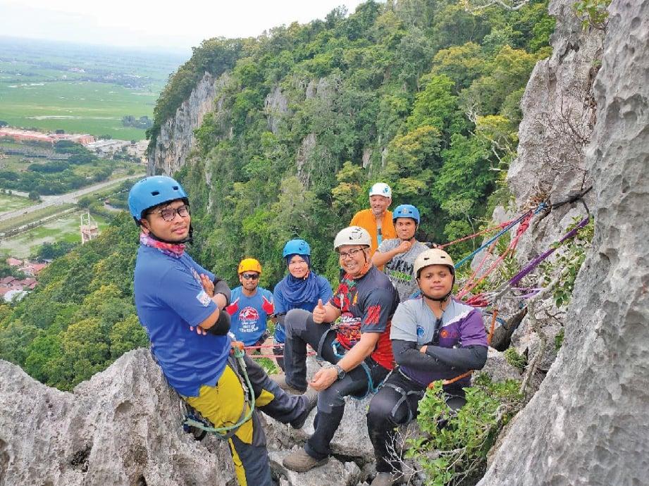 PENDAKI mengenakan alat keselamatan lengkap ketika melakukan pendakian. FOTO Zuhainy Zulkifli