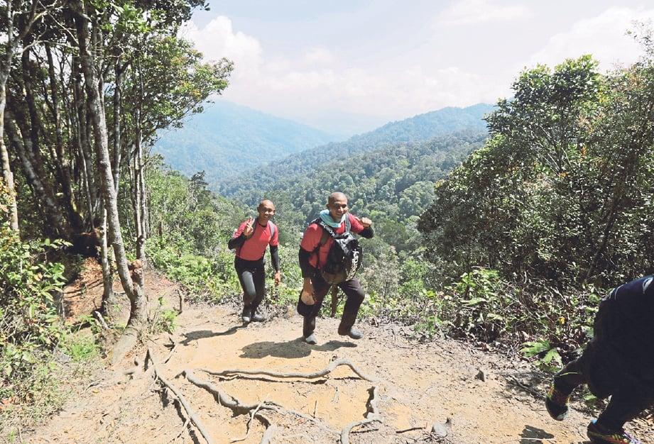 AKSI peserta menyusuri lereng ketika berada di puncak Gunung Gap.