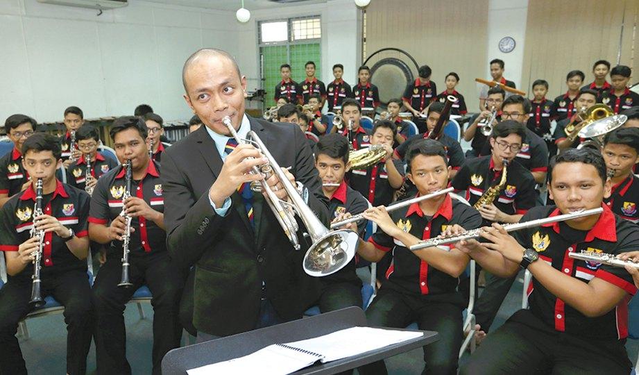 MEMILIH trompet kerana sesuai jiwa.