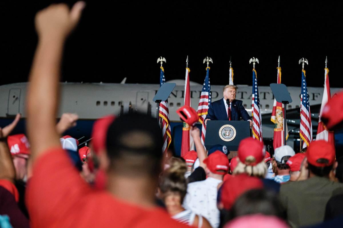 ORANG ramai bersorak ketika Trump berucap di perhimpunan kempen di Pensacola, Florida, Amerika Syarikat pada 23 Oktober lalu. FOTO EPA