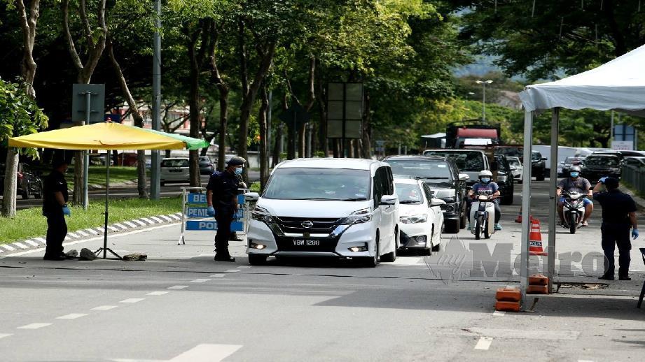 SEKATAN Jalanraya di laluan menuju ke kawasan perumahan Taman Sri Murni dan Pasar Borong Selangor akhir bulan lalu. FOTO EIZAIRI SHAMSUDIN
