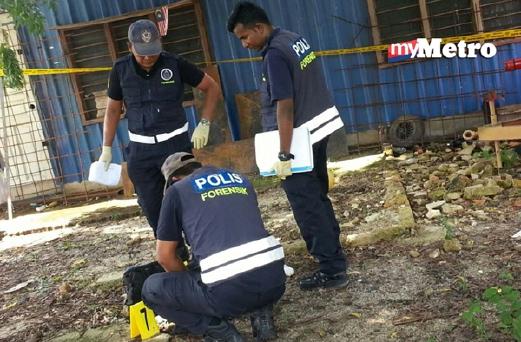 Anggota unit forensik polis mengumpul bukti di tempat kejadian. -  Foto SHAMSUDIN HUSIN