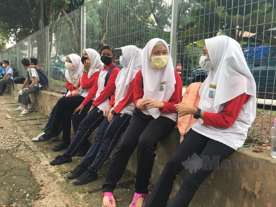 SEBAHAGIAN pelajar Sekolah Menengah Kebangsaan Wangsa Melawati, Kuala Lumpur menunggu ibu bapa di luar perkarangan sekolah selepas diarah pulang oleh pihak sekolah pada 12 tengah hari tadi susulan jerebu. FOTO Rosyahaida Abdullah