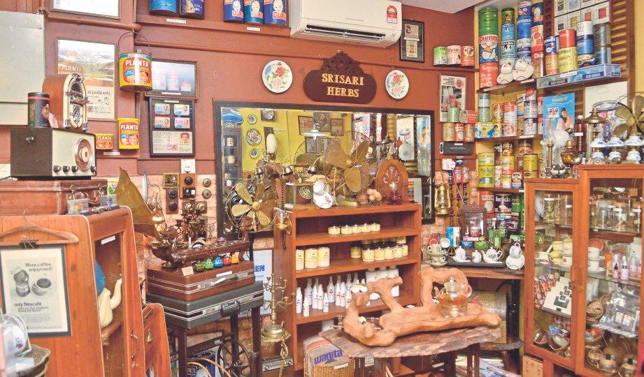 PENUH koleksi barangan antik di Srisari Spa.