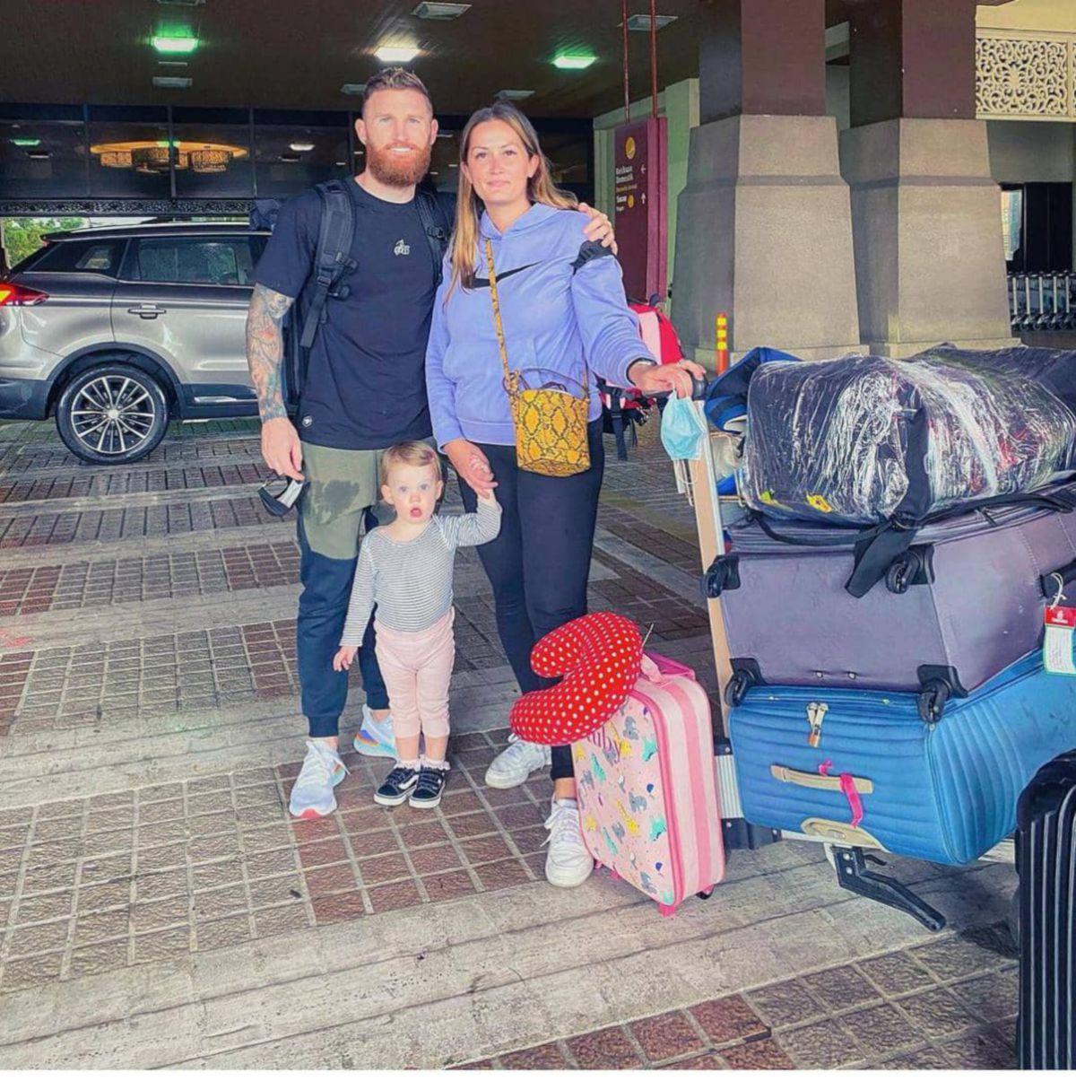 LEE Tuck bersama isteri dan anaknya bergambar kenangan di Lapangan Terbang Antarabangsa Sultan Mahmud sebelum pulang ke England Khamis lalu. FOTO ihsan Lee Tuck