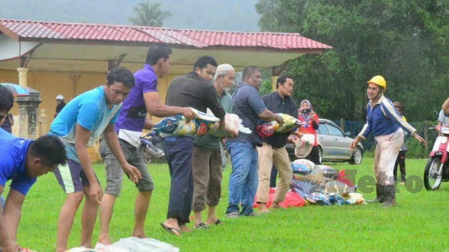 Bekalan makanan dibawa dari helikopter untuk diagihkan kepada mangsa banjir. FOTO Ihsan TUDM
