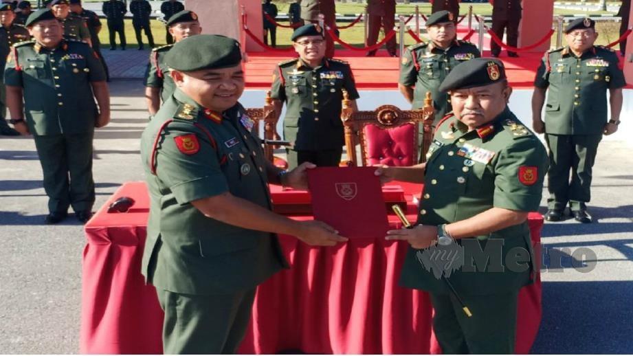 MUHAMMAD Hafizuddeain (kiri) menyerahkan dokumen serah terima tugas kepada Mohd Zakaria. FOTO Norsyazwani Nasri.