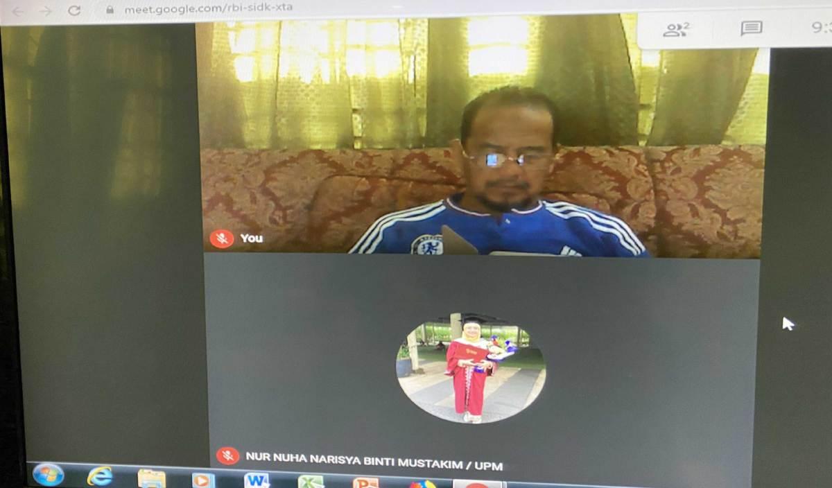 NUR Nuha Narisya mengambil gambar bapanya menunggu kehadiran pelajar di Google Meet. FOTO Ihsan Nur Nuha Narisya Mustakim