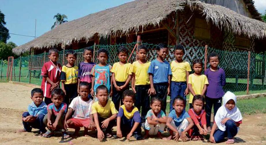 SEBAHAGIAN kanak-kanak Orang Asli di hadapan bangunan sekolah.
