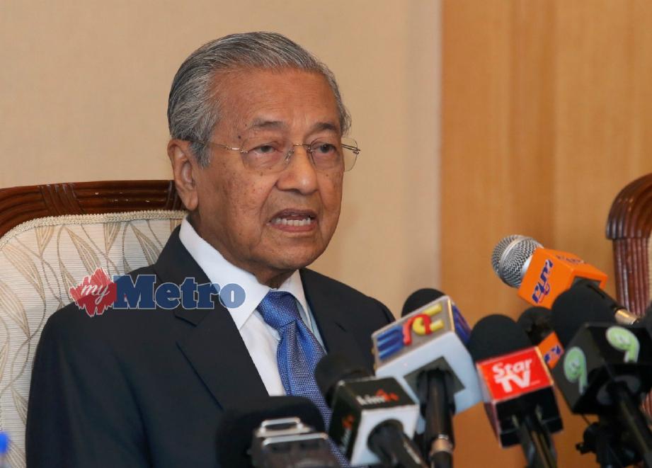 DR Mahathir pada sidang medianya di Putrajaya, hari ini. FOTO Ahmad Irham Mohd Noor