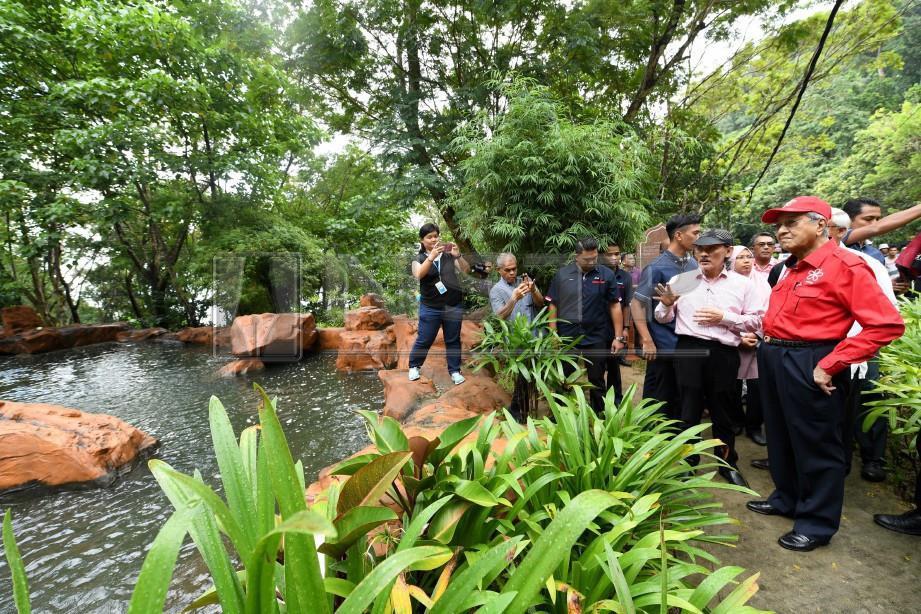 LANGKAWI, 20 Okt - Tun Dr Mahathir meluangkan masa kira-kira 15 minit ketika melawat Air Terjun Temurun Langkawi hari ini. Foto - BERNAMA