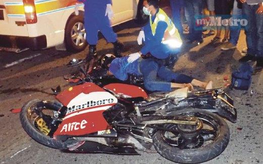 ANGGOTA penyelamat membantu mangsa yang cedera parah.