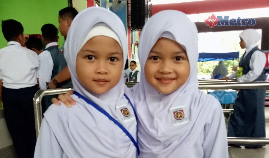PUTERI Qistina Damia (kiri) dan Puteri Qistina Najwa  mencuri tumpuan di SK Bandar Baru Uda 2, Johor Bahru. FOTO Omar Ahmad