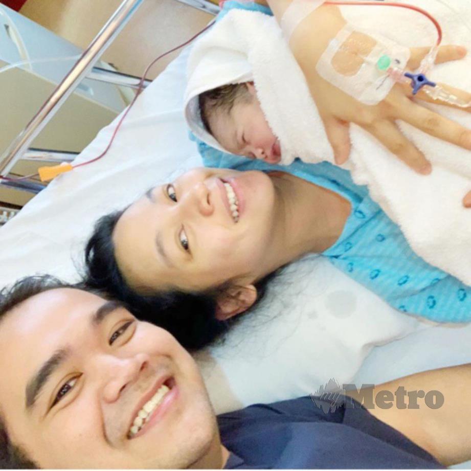 TYA bersama suami serta anak keduanya.