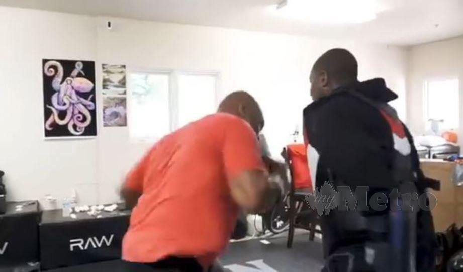 Tyson menjalani latihan persiapan untuk pertarungan amal tahun ini. FOTO Agensi