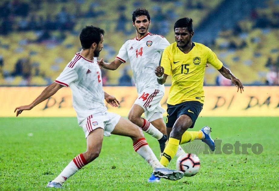 PARTIBAN (kanan) diasak pemain UAE, Mohamed Saleh (kiri) dan Khalil Ibrahim di Stadium Nasional. — FOTO Mohd Yusni Ariffin
