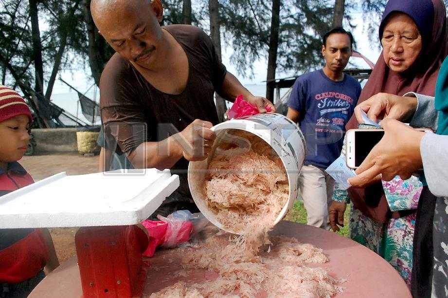 NIZAM menjual geragau pada harga RM7 sekg di pantai Kampung Pantai Rombang, Pantai Puteri Tanjung Kling. FOTO/HASSAN OMAR