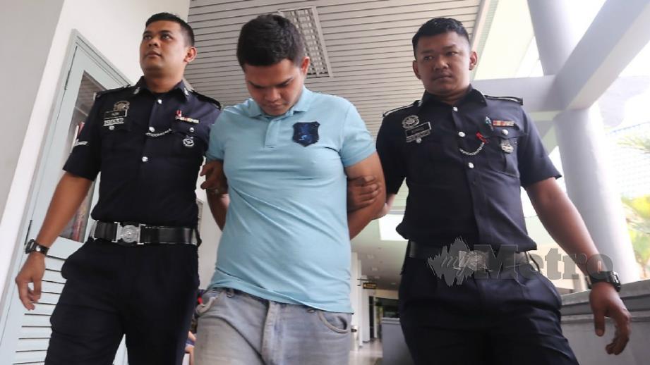 NUR Abdul Ghaffar diiringi polis selepas mengaku salah melakukan ugutan bunuh terhadap ibu kandung di Mahkamah Majistret Melaka. FOTO RASUL AZLI SAMAD