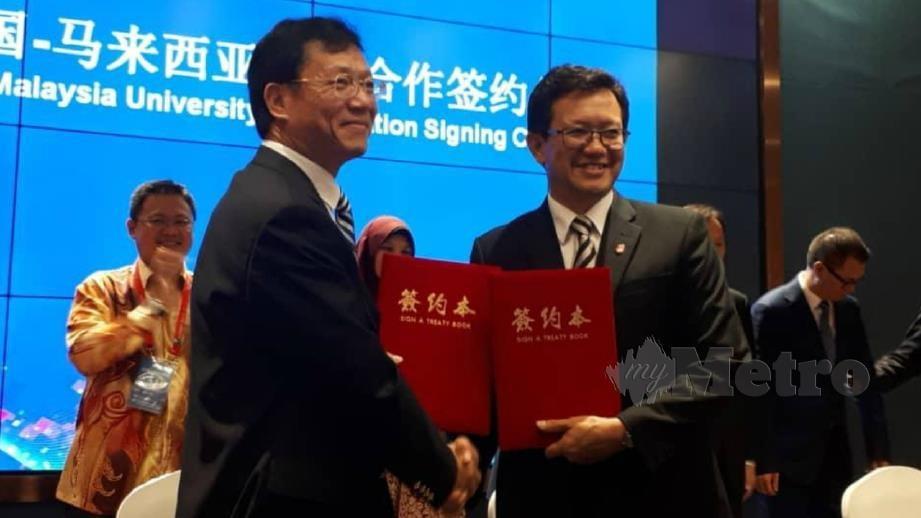 MOHAMAD Kamal (kanan) mewakili UiTM melakukan pertukaran Surat Hasrat bersama Presiden Zunyi Medical University, Liu Jian Guo. FOTO IHSAN UITM
