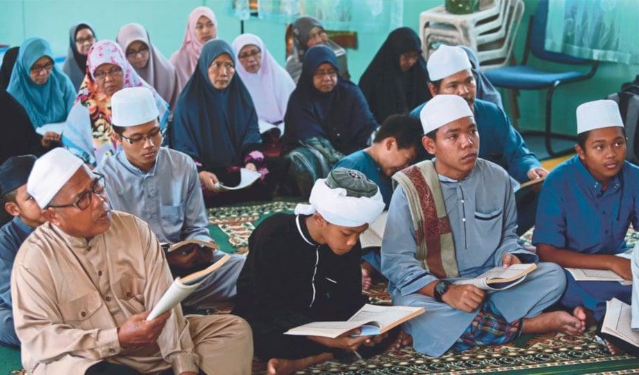 SESI pengajian terbuka bersama penduduk kampung.