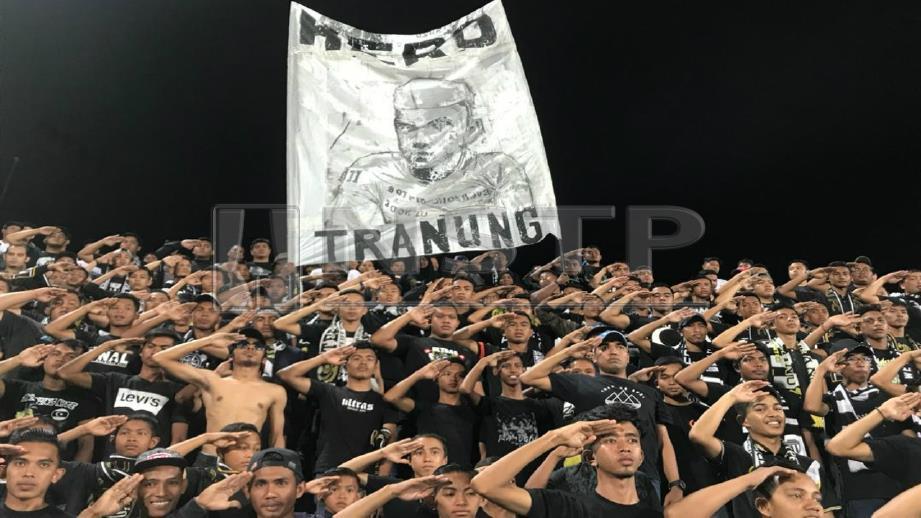 PENYOKONG Ultras Tranung menaikkan poster Allahyarham Abdul Bari. FOTO Ihsan Ultras Tranung