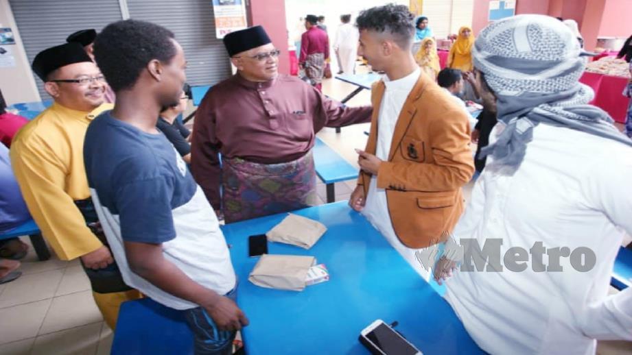 KAMARUDDIN (tiga dari kanan) beramah mesra dengan sebahagian mahasiswa yang diraikan pada majlis Aidilfitri di UniMAP, Arau. - FOTO ihsan UniMAP