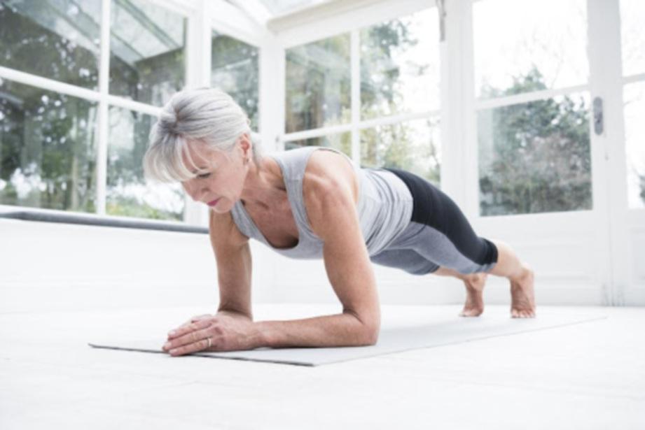 LATIHAN plank dapat membantu menguatkan otot badan.