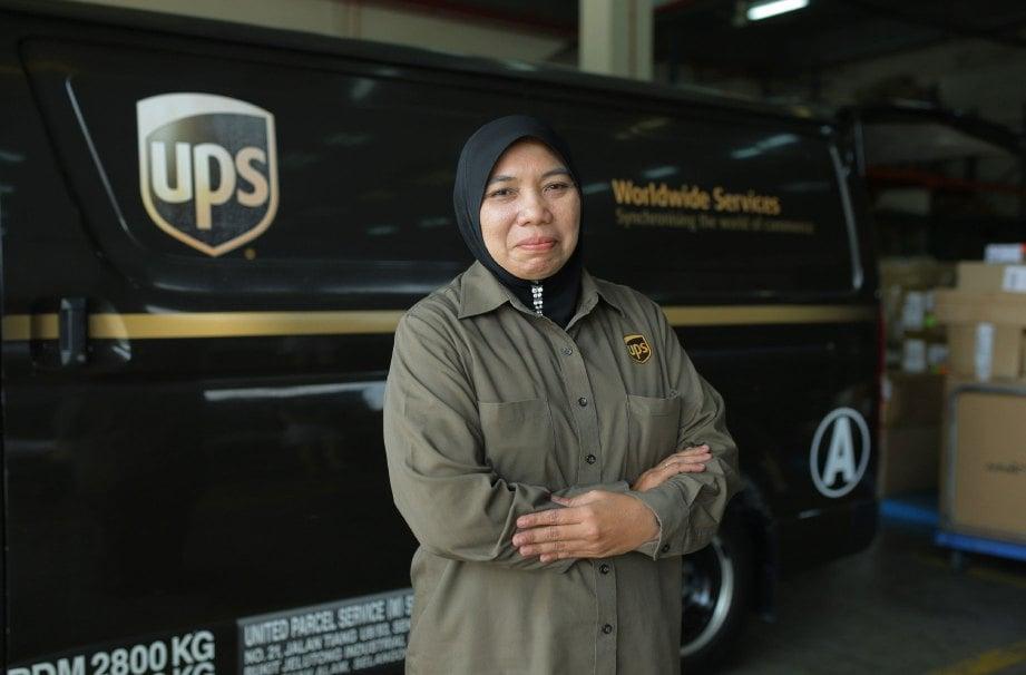 HASNIZA bertugas hampir 15 tahun sebagai penghantar barang.