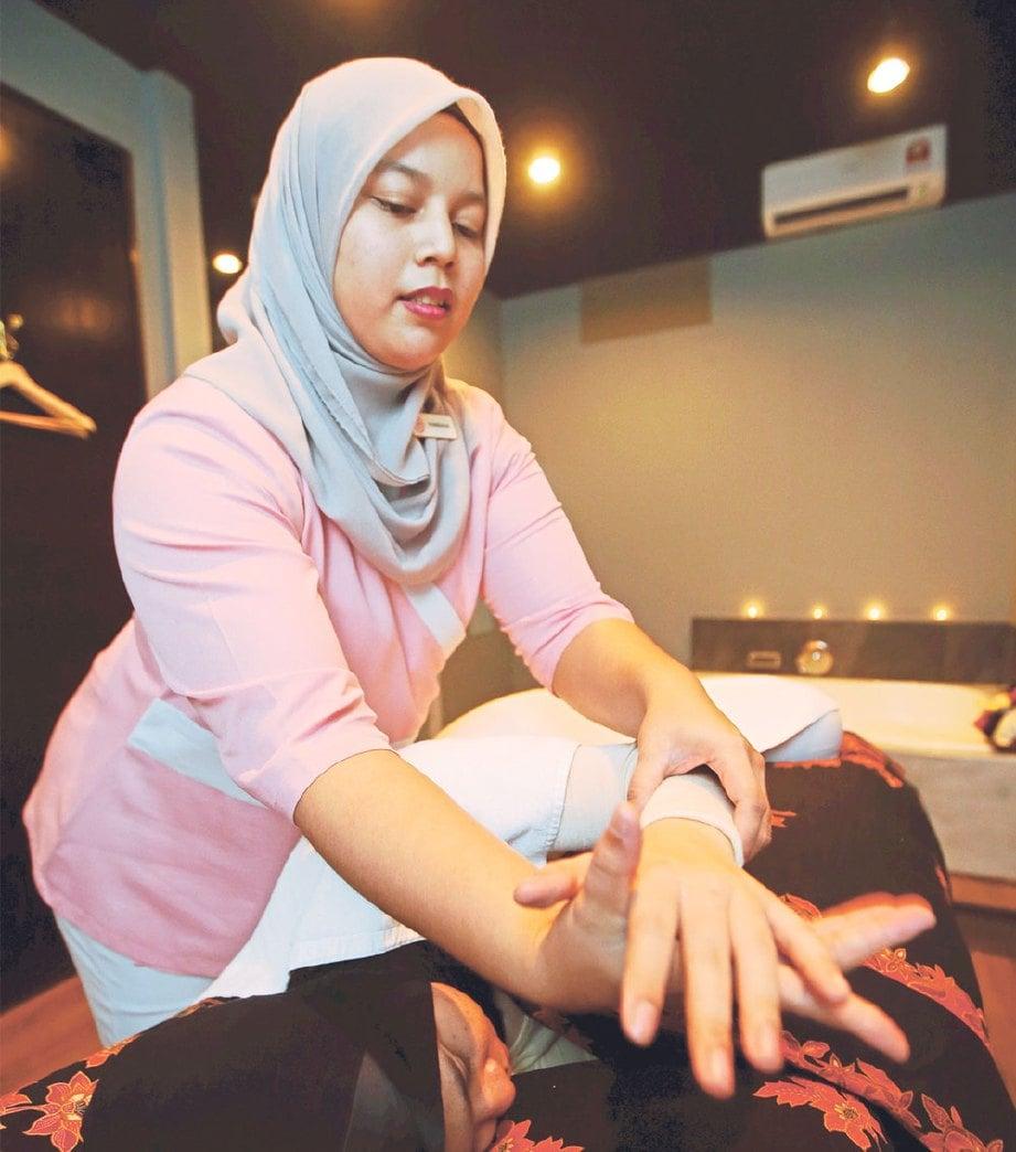 TERAPI melakukan urutan jari pada ibu hamil.