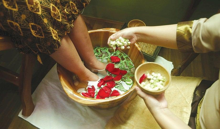 RENDAMAN kaki menggunakan bungaan dan limau purut membangkitkan kesegaran tubuh.