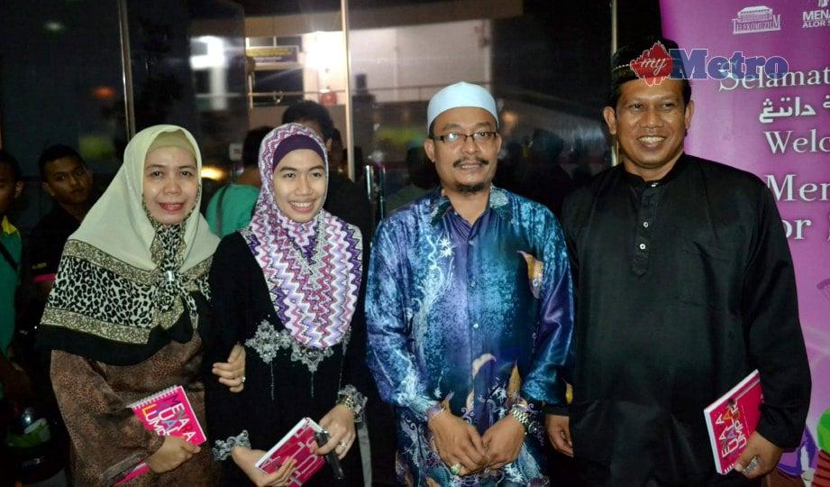 USTAZ Kazim bersama peminat yang datang mendengar ceramahnya pada Julai 2013 di Menara Alor Setar, Kedah. FOTO NSTP