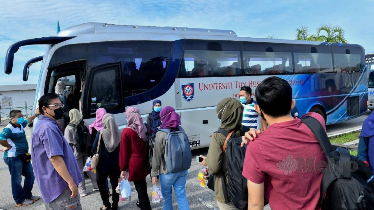 Antara penuntut UTHM yang pulang ke kampung masing-masing dengan menaiki bas. Foto Ihsan UTHM