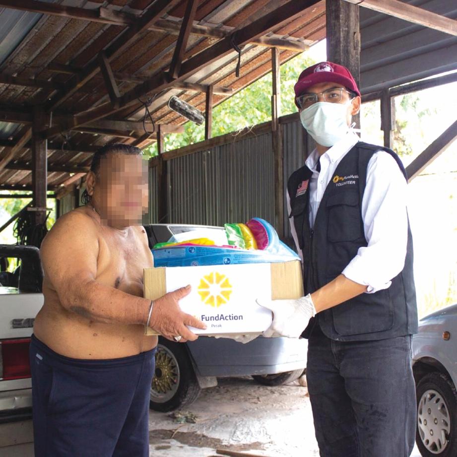 LEGA Norddin dapat bantuan Kotak Rezeki Ummat disampaikan Ahmad Umair. FOTO Ihsan MyFundAction Perak