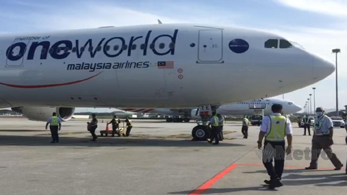 PESAWAT Airbus Airbus 330-300 MAS yang membawa kumpulan pertama vaksin Covid-19 Pfizer-BioNTech  tiba di Lapangan Terbang Antarabangsa Kuala Lumpur (KLIA). FOTO Tangkap Layar Facebook Kementerian Kesihatan Malaysia (KKM)