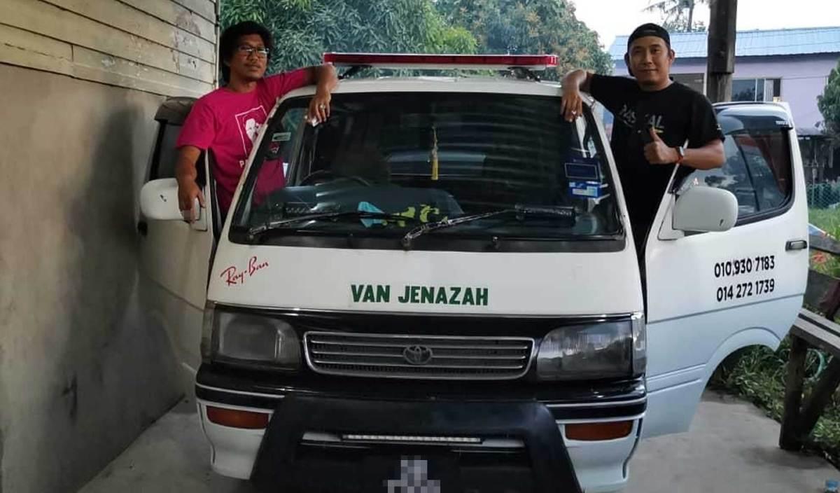 PENGASAS Persatuan Amal Sabah, Masrul Guding (kanan) dan pengerusinya, Soffian Jais (kiri) bersama van  perkhidmatan menghantar jenazah secara percuma di Kota Kinabalu. FOTO Ihsan Masrul Guding