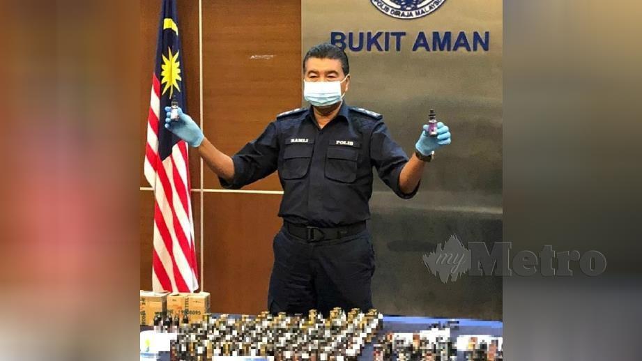 DATUK Ramli Din menunjukkan antara cecair vape dipercayai mengandungi dadah jenis ganja serta ketamin yang dirampas. FOTO NURUL HIDAYAH BAHAUDIN