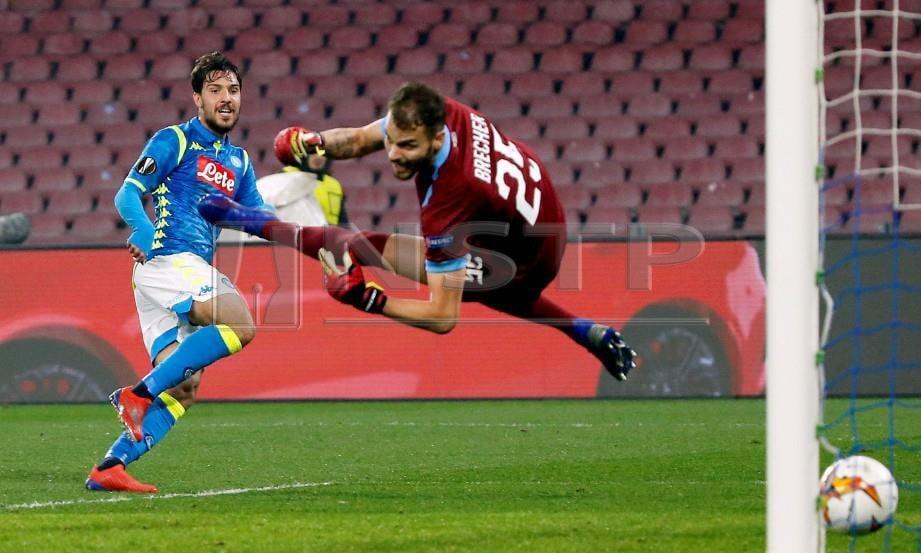 VERDI (kiri) menjaringkan gol pertama Napoli di Naples. - FOTO Reuters