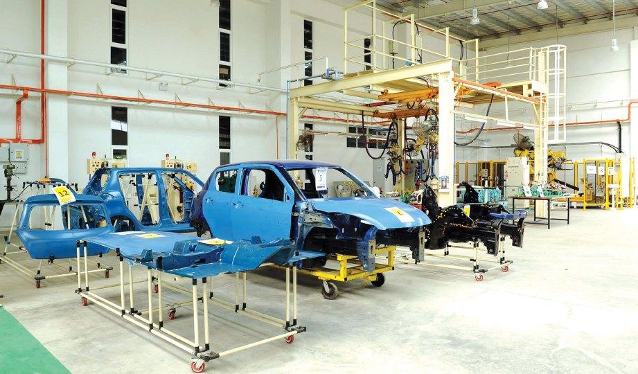 PELBAGAI kelengkapan terkini di bengkel DRB-HICOM University of Automotive Malaysia (DHU) untuk kegunaan penuntut.