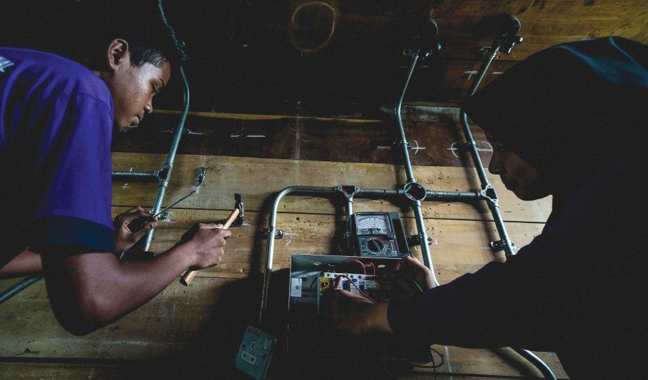 PEMASANGAN elektrik antara kursus yang ditawarkan dalam skop kemahiran.