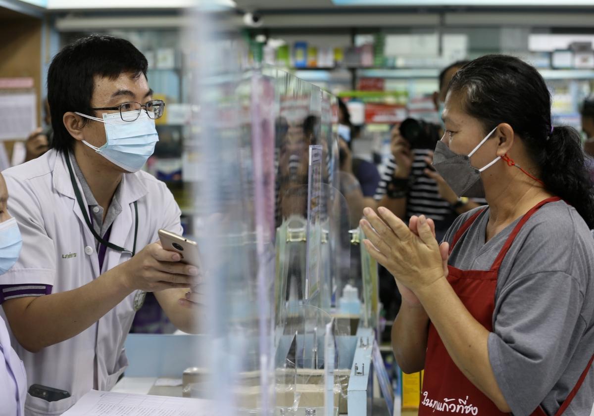 ORANG ramai mendapatkan kit ujian antigen Covid-19 yang diedarkan secara percuma oleh kerajaan di farmasi di sebuah farmasi di Bangkok. FOTO EPA