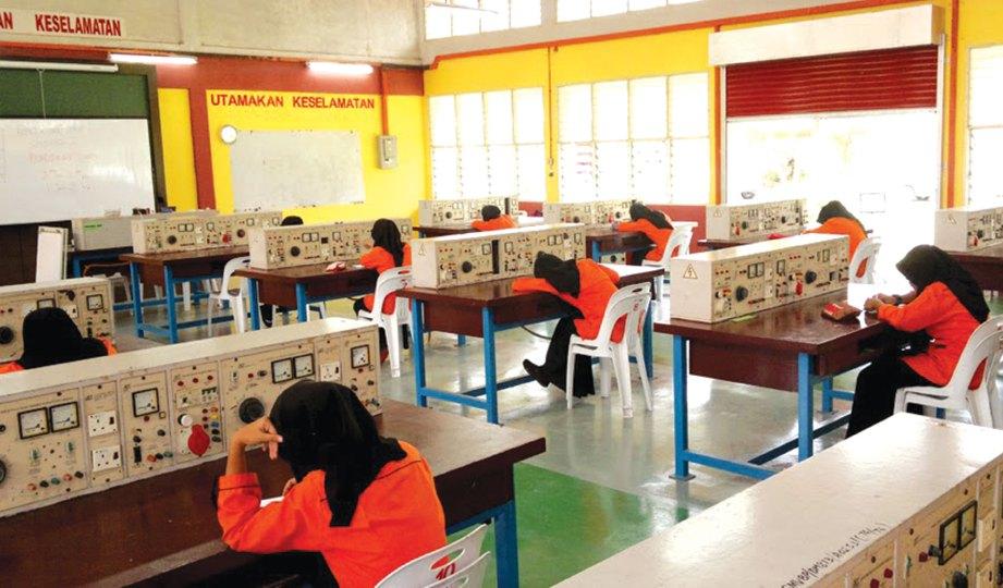 KEJURUTERAAN elektrik turut menjadi pilihan pelajar perempuan. - Gambar hiasan